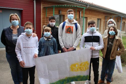 Les jeunes offrent une fresque à la Marpa.