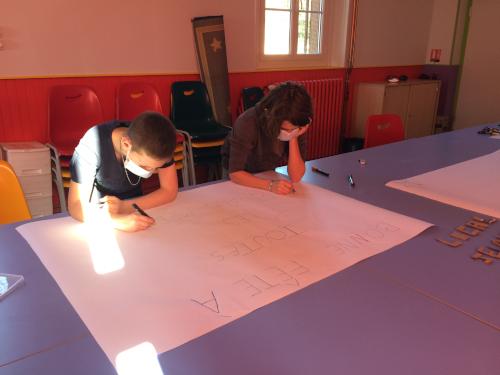 Les jeunes réalisent une fresque pour la Marpa et les Opalines.